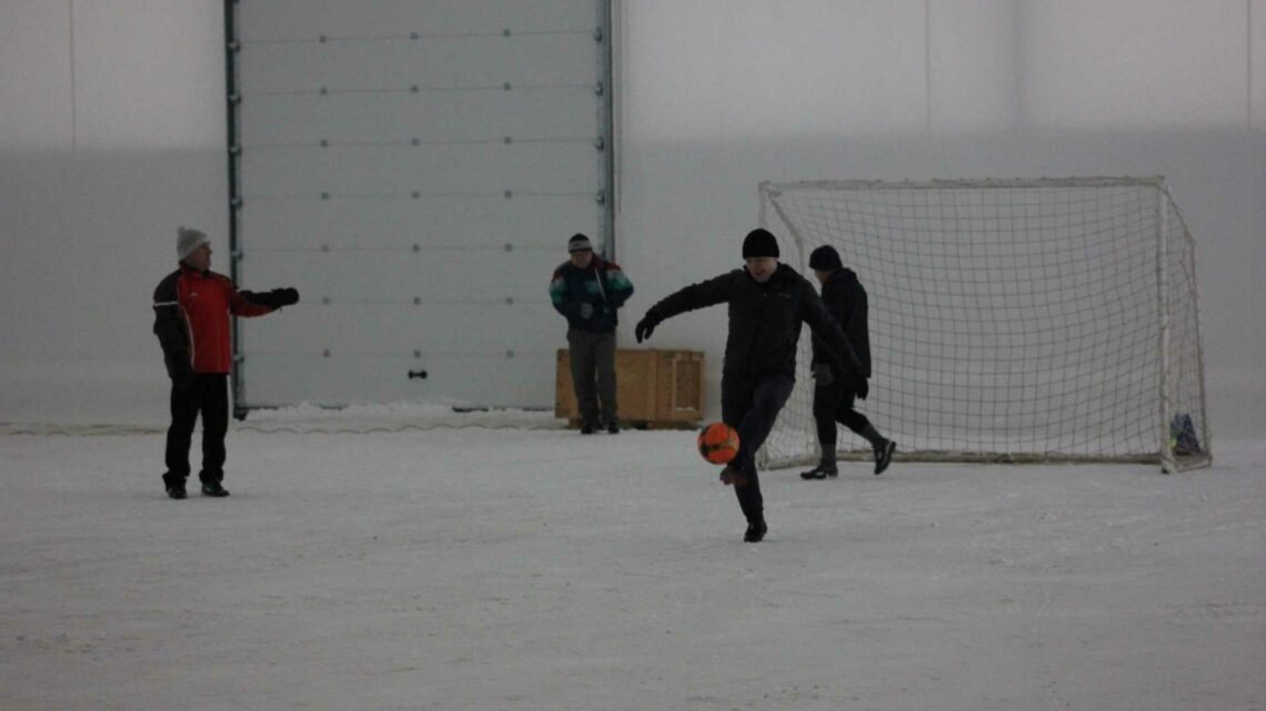 Первый матч в футбольном манеже